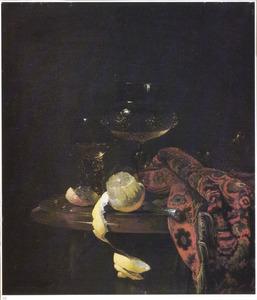 Stilleven met wijnbokaal, roemer en geschilde citroen op een marmeren blad