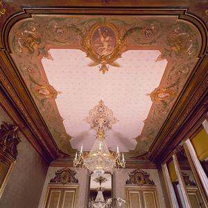 Plafond met arabeskenrand voorzien van medaillons