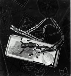 Stilleven met hakenklruis en munt waarop het portret van koningin Juliana (1909-2004)