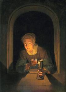Jonge vrouw met lamp aan een venster