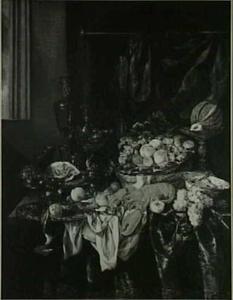Stilleven met fruit, glas- en zilverwerk, en kreeft op donker kleed met wit servet