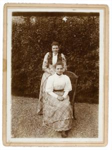 Portret van Anna Catharina van Engelenburg (1873-1918) en mogelijk Geertruida Paulina van Engelenburg (1875-...)