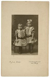 Portret van Hetty Lakke (?-?) en Cornelia Lakke (?-?)
