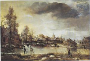 Winterlandschap met twee kolfspelers op een bevoren vaart bij een dorp