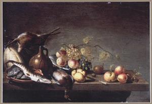 Stilleven met vruchten, vis en jachtbuit op een tafel