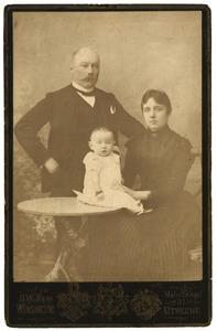 Portret van Jhr. Adriaan Bowier (1857-1931), Jkvr. Antonia Louise Eduardine von Weiler (1866-1948) en Jkvr. Wilhelmine Henriette Bowier (1890-1898)