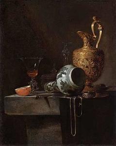 Stilleven met porceleinen fles, vergulde schenkkan en glaswerk