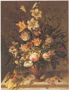 Bloemen in een vaas, met een ijsvogel en een hagedis, op een stenen plint