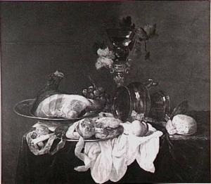 Stilleven met ham en omgevallen kan, wijnglas in schroef, vruchten, brood, horloge en krabje op een donker kleed met wit servet