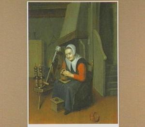 Oude vrouw naast een spinnewiel warmt haar handen aan een kooltje vuur