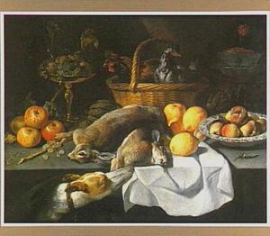 Stilleven met vruchten, een mand met twee kippen, dode hazen en siervaatwerk op een tafel, op de voorgrond een hond
