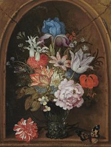 Bloemen in een roemer, staand in een nis