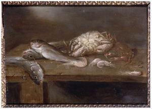 Vissen, garnalen en krabben op een tafel