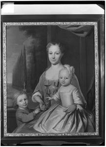 Portret van Anna Martina van Benthem (1700-1793) met haar zoontjes