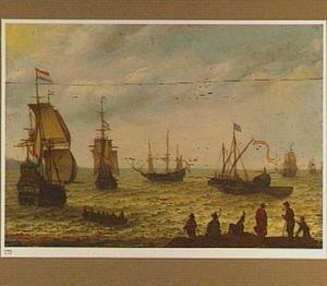 Hollandse schepen naderden de kust; in de voorgrond mensen op een strandje