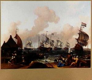 Hollandse vloot met volle zeilen voor een haven; op de voorgrond vissersvolk op de kade