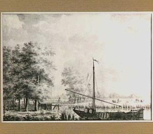 Rivierlandschap met boot en houten brug, op de achtergrond een molen bij een dorp
