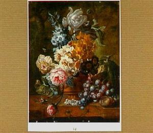Bloemen in een terracotta vaas op een marmeren blad met wat vruchten