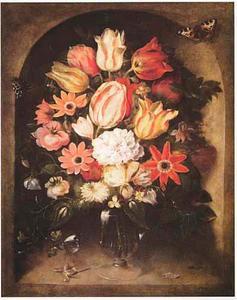 Bloemen in een glazen vaas, met vlinders, in een nis