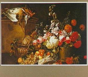 Stilleven van bloemen, vruchten, gevogelte en siervaatwerk