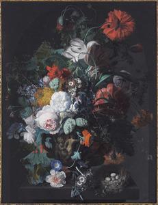 Bloemstuk met slaapbol en twee tulpen, in een vaas versierd met putti, op een stenen plint, in een nis