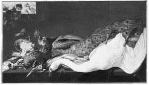 Stilleven van zwaan, pauw en ander gevogelte met twee katten