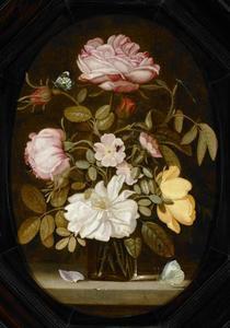Stilleven met boeket rozen in een glazen vaas