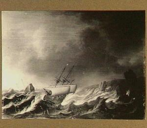 Schepen in slecht weer voor een rotsachtige kust