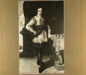 Portret van een zilversmid, staande ten voeten uit voor een tafel met zijn gerei