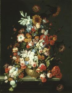 Stilleven met bloemen in een gedecoreerde vaas, op een stenen plint