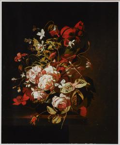 Boeket bloemen in een glazen vaas op een plint