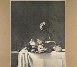Stilleven met vruchten en een vaasje met roos