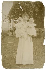 Portret van mevrouw v.d. Vlugt (?-?) en haar dochters