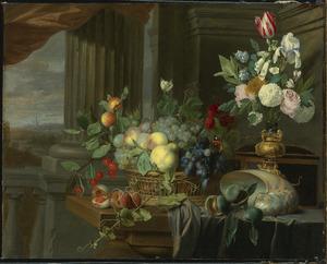 Stilleven met een nautilusschelp , bekerschroef, vruchten en bloemen in een vaas
