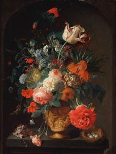 Bloemen in een vaas met relief op een plint met vogelnestje en slak