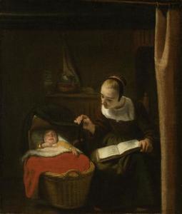 Jonge vrouw tilt het gordijn van een wieg op