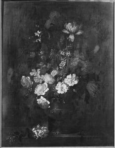 Stilleven van bloemen in een geornamenteerde vaas
