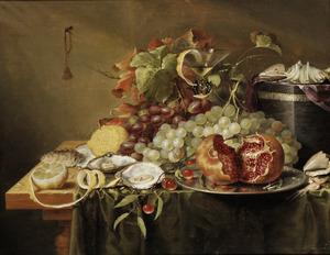 Stilleven met vruchten, oesters en schelpen op een tafel