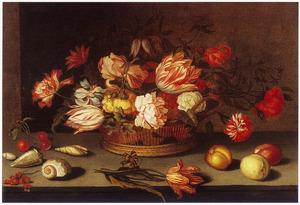 Stilleven van bloemen in een mand met op tafel losse vruchten en schelpen