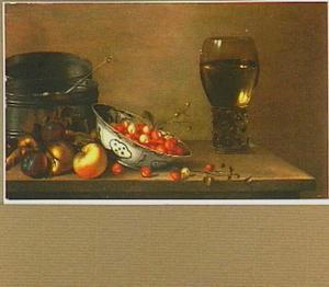 Stilleven met appels, aardbeien, een blik en roemer