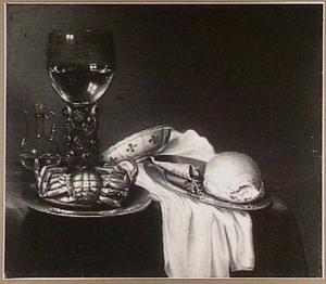 Stilleven met krab, roemer, brood en vaatwerk