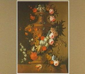 Tuinvaas omringd door een slinger van verschillende bloemen