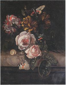 Bloemen, vlinders en een slak op een marmeren plint