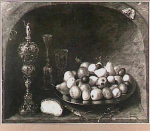 Stilleven met vruchten en siervaatwerk in een nis