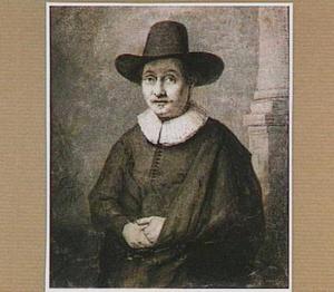 Portret van een heer met hoed, staande bij een zuil
