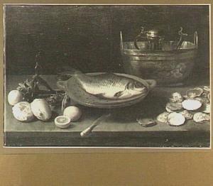 Visstilleven met karper, artisjokken, brood, citroen, oesters en een Jan Steen-kan in een teil