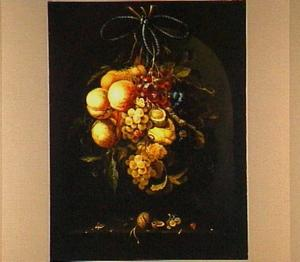 Stilleven van fruit hangend aan een strik in een nis
