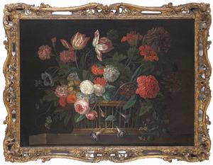 Rozen, Chrysanten en andere bloemen in een rieten mand op een stenen plint