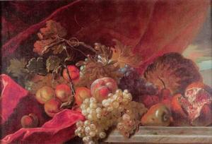 Stilleven met perziken, rozijnen, meloen en granaatappel op een stenen tafel voor een draperie