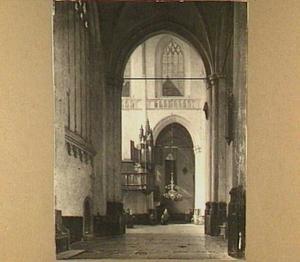 Gezicht op het interieur van de Nieuwe Kerk te Amsterdam met het kleine of koororgel rechts